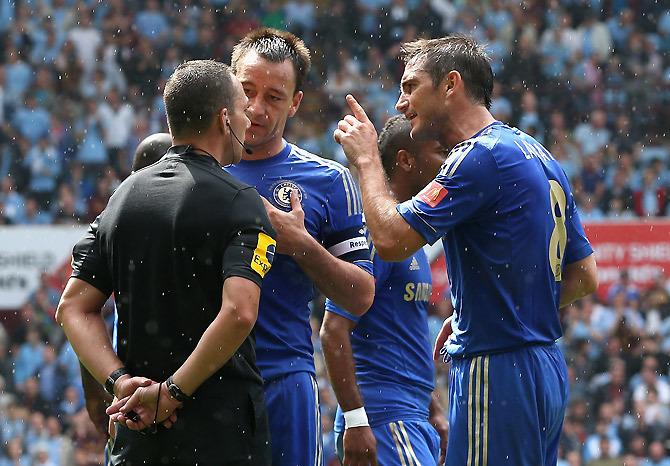 «Челси» – «Суонси». Во время матча Диего Коста ударил Сигурдссона кулаком в лицо