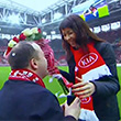 Болельщик «Спартака» делает предложение на стадионе