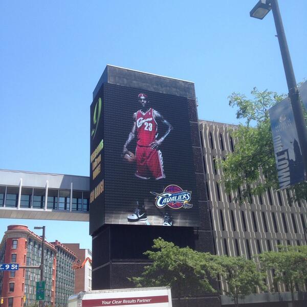 Кливленд приветствует ЛеБрона Джеймса большим билбордом