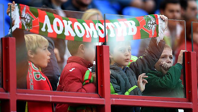 «Что, если бы не пришли на стадион? Ну, отчисление». Как «Локомотив» теперь заполняет трибуны