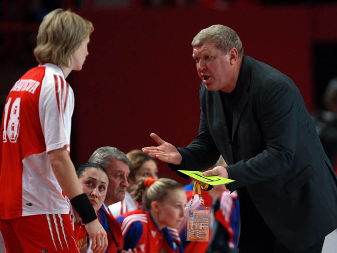 «Всю морду расцарапал!» Как дерутся тренеры в женском гандболе