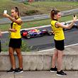 Сэлфи дня. Девочки смотрят Гран-при Венгрии
