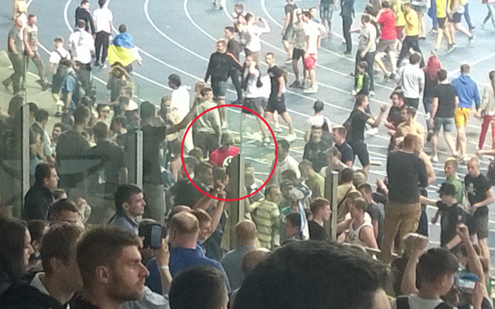 матче Динамо Шахтер фанат ходил со свастикой на майке