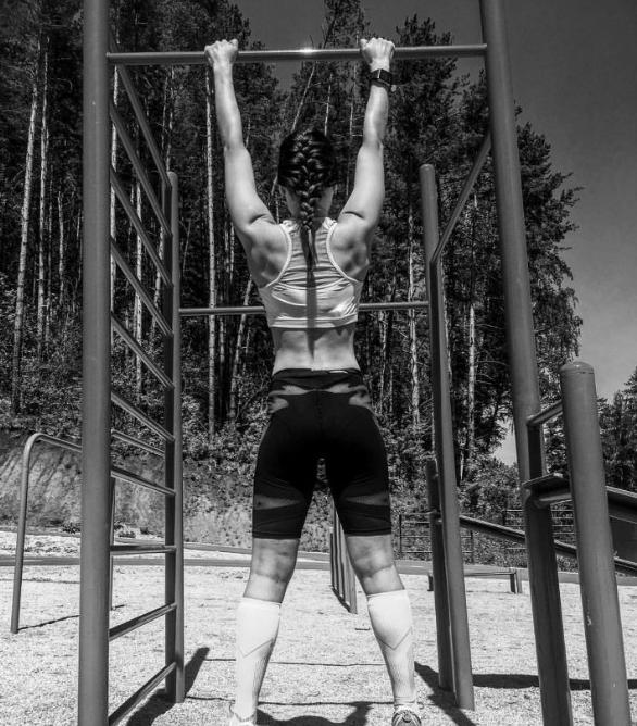 Летом у биатлонисток видны не только татухи. Рассмотрели плечи Вирер, кубики Васильевой, бицуху Шевниной