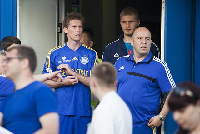 Александру Глебу сократили дисквалификацию, он сыграл в отчетном матче, но все равно на этой фотографии Глеб явно чем-то озабочен.