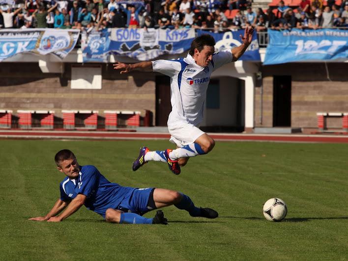 Виталий Трубило пытается уйти от подката Александра Папуша, которому случилось забить первый в матче мяч