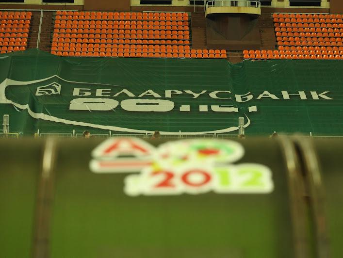 На белорусских стадионах рядышком может сосуществовать реклама различных представителей одной сферы