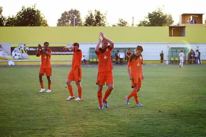 После матча игроки аплодировали полупустым трибунам