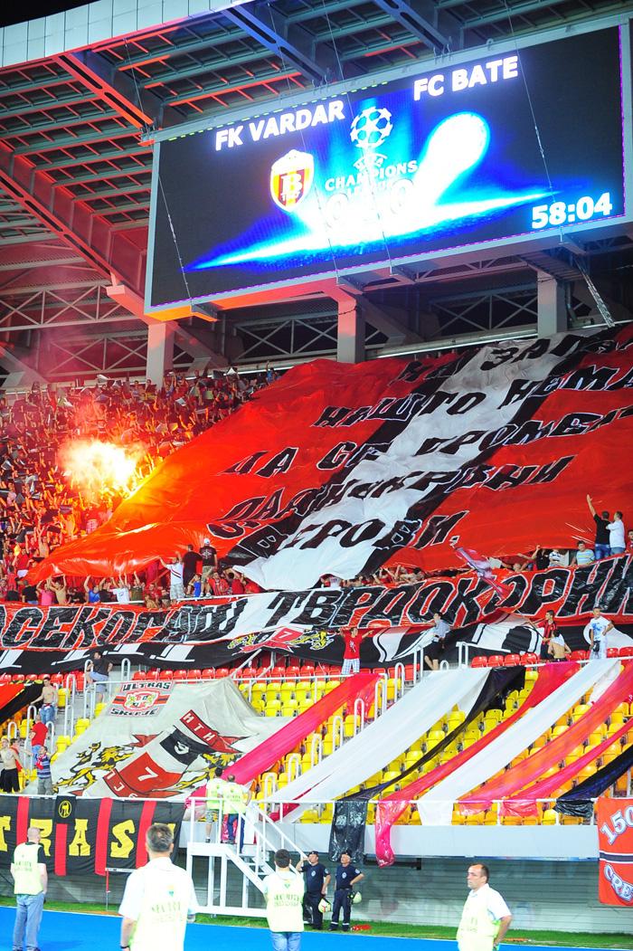 Трибуны стадиона «Филип II» собрали 33000 зрителей. Македонские фанаты явили собравшимся качественный перфом