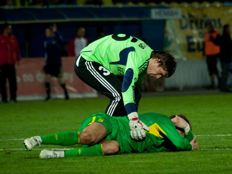 Андрей Горбунов пытается поддержать бывших одноклубников из «Немана», но те безутешны от пяти пропущенных мячей