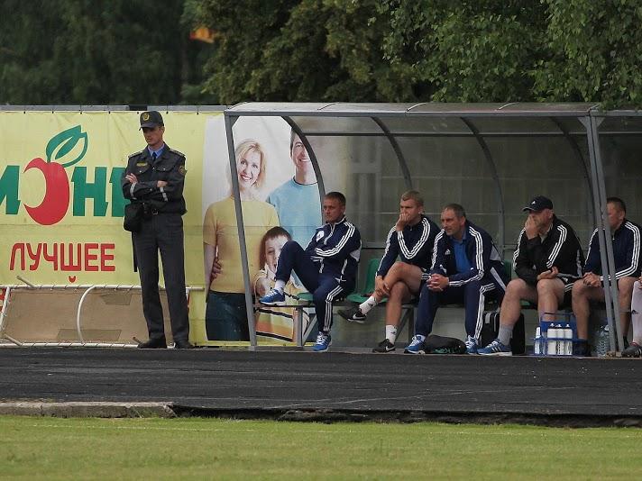 А на скамейке «Нафтана» на секунду может показаться, что главный тренер — вот этот замечательный милиционер.