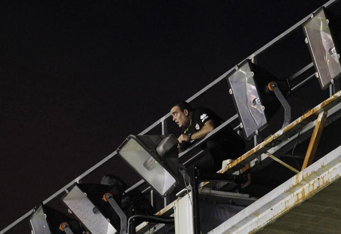 В воскресенье испанские телезрители наблюдали не за Роналду и Касильясом, а за мужиком с плоскогубцами.