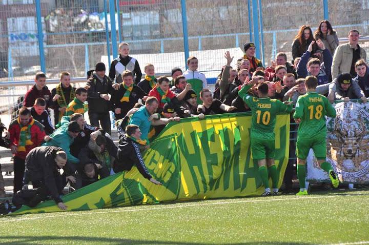 Дмитрий Рекиш отпраздновал гол по-особенному, но и болельщики, как видим, радовались так, что полетели вместе с оградой и баннером.