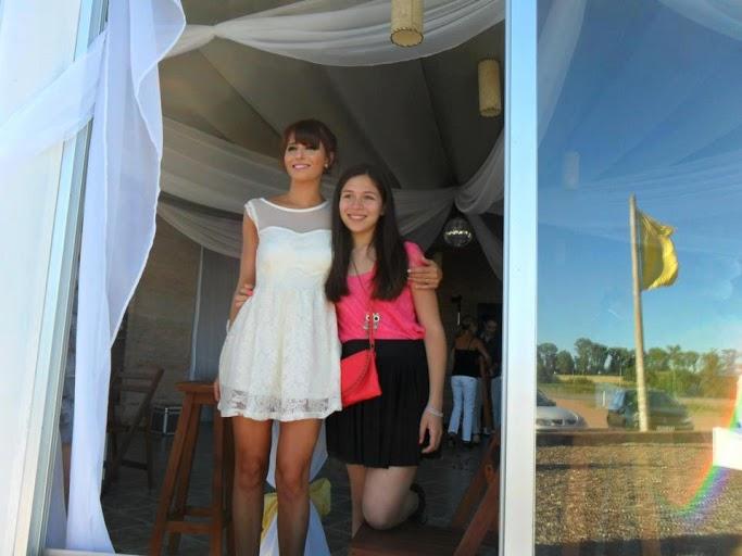 Девушка любит носить коротенькие платья.