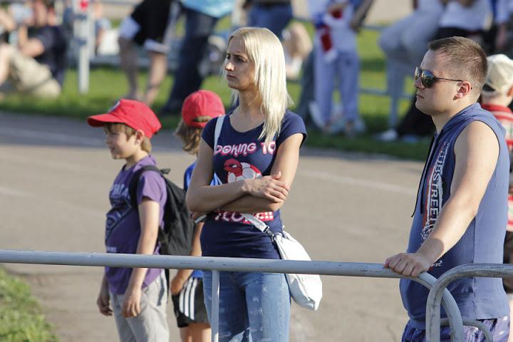 Еще на матче была девушка Никиты Букаткина Екатерина. Уж очень внимательно она следит за действиями на поле.