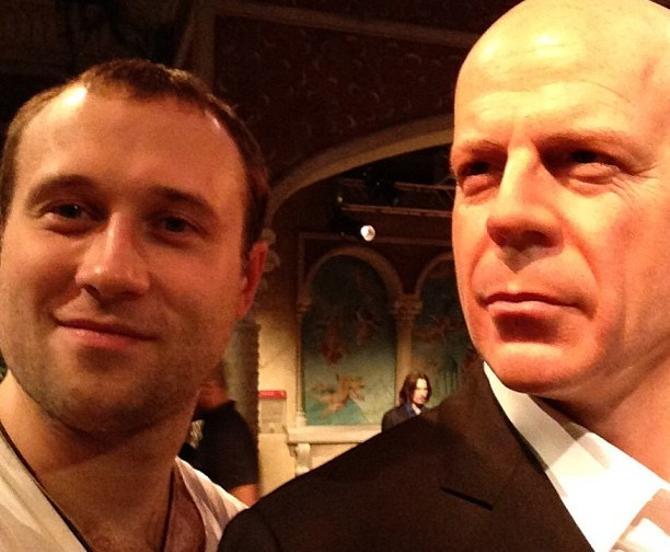 Дмитрий Мелешко на отдыхе побывал в музее восковых фигур и «увиделся» с Брюсом Уиллисом.