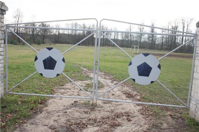 Аутентичные ворота, через которые осуществляется проход на тренировочное поле