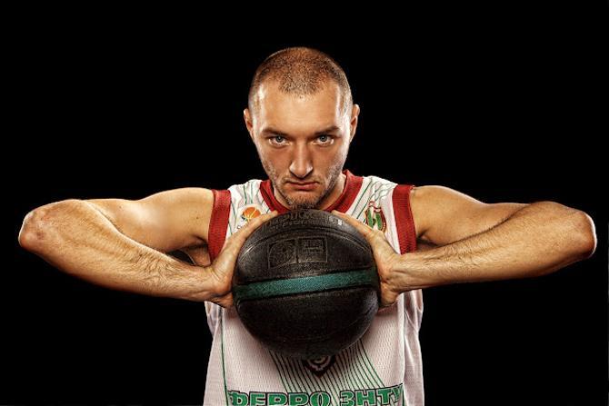 Станислав Овдеенко успевает и в баскетбол играть, и песни записывать.