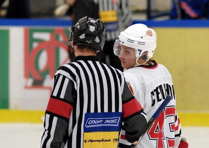 Сейчас Кирилл Степанов вынужден общаться не только с хоккейными судьями