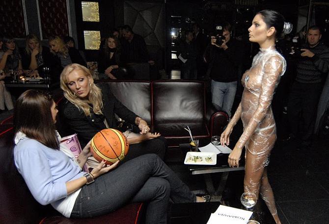 Наталья Трофимова и Елена Левченко не очень впечатлились полуобнаженными девушками
