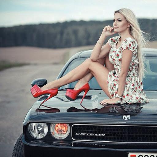 Интересно, как пережило фотосессию покрытие автомобиля. Хочется верить, что ни машина, ни фотограф, ни модель не пострадали.