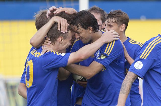 Виталий Родионов забил в восьмом матче кряду. Кажется, все партнеры очень рады за него.