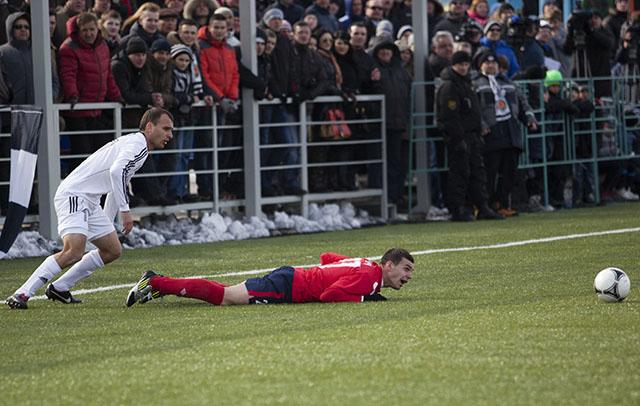 Футболист «Минска» проверяет, ровный ли газон.