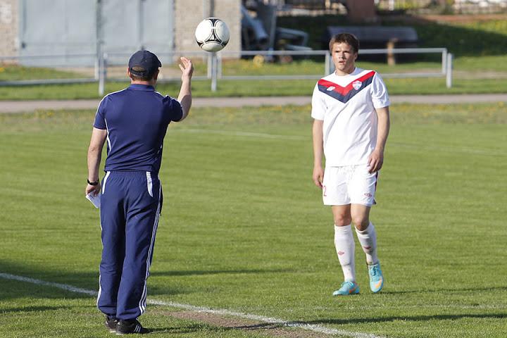 Вячеслав Геращенко лично подает мяч Роману Бегунову, чтобы тот поскорее его вводил.