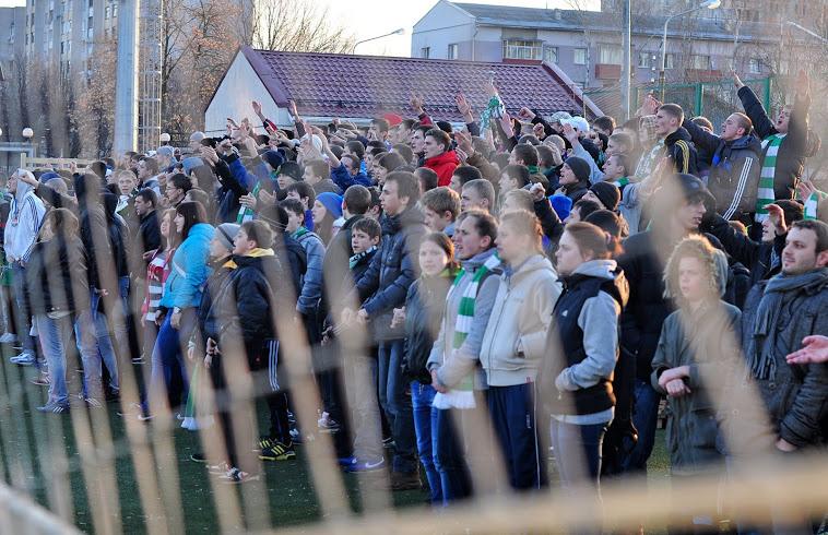 Несмотря на милицейский досмотр и не самые лучшие условия стадиона «Детский», болельщиков собралось прилично.
