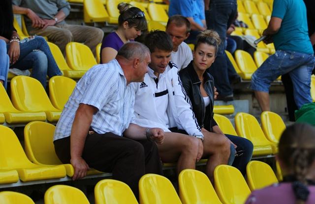 В отчетной встрече травму получил Вячеслав Глеб. Досматривал футбол он в компании жены.