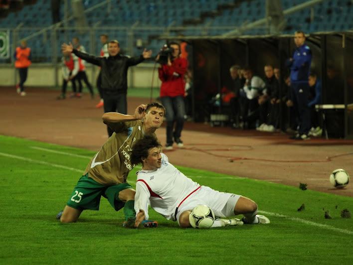После перерыва на поле появился Леонид Ковель, которому долгое время пришлось претерпевать неприятный пресс гомельских защитников...