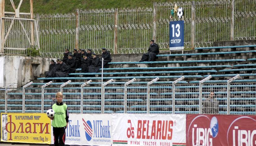 "13 - номер сектора, на котором обычно заседают сотрудники милиции на стадионе ""Трактор"" в Минске"