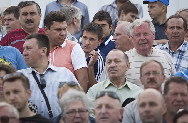 Дмитрий Мозолевский обводит одного, затем второго. Так он прорывается через болельщицкую толпу.