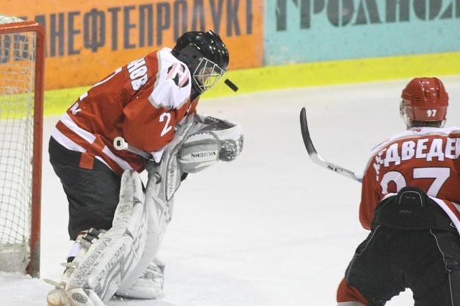 Голкипер «Немана» Сергей Шабанов словно притягивает к себе шайбу