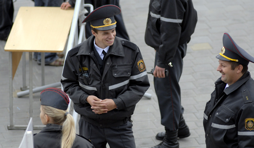 Веселые сотрудники милиции на пункте личного досмотра.