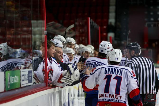 Кирилл Брикун делится с партнерами радостью по поводу первой шайбы «Металлурга» на турнире