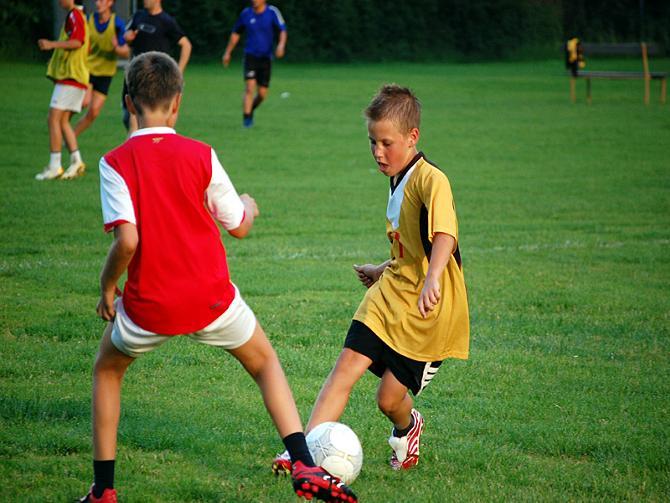 Некоторые дети уже с малых лет подписывают контракты с топ-клубами.