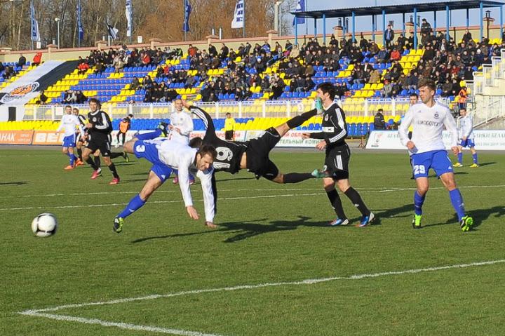 Матч «Торпедо» — «Днепр» был насыщен акробатическими действиями.