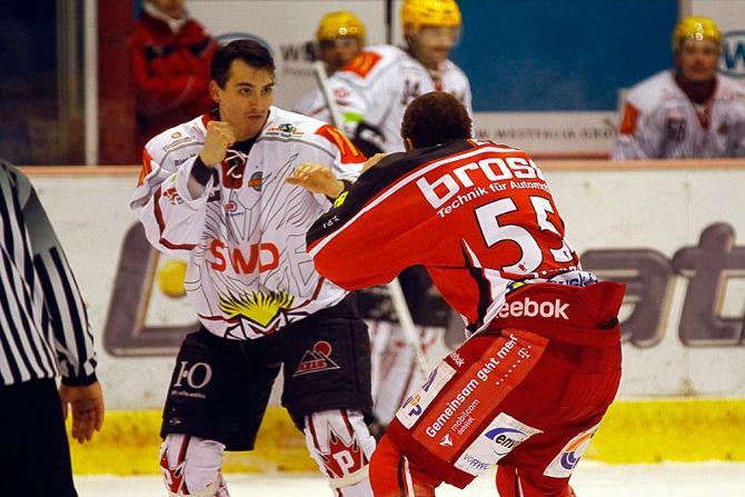 Сергей Стась-младший не побоялся подраться с канадцем Крисом Стюартом в матче чемпионата второй Бундеслиги, пусть и получил парочку чувствительных тумаков.