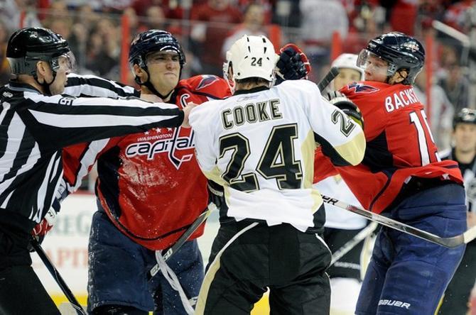 Александр Овечкин и Никлас Бэкстрем против главного негодяя НХЛ Мэтта Кука.