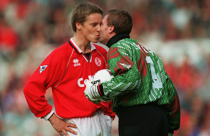 Английские футболисты поцелуи
