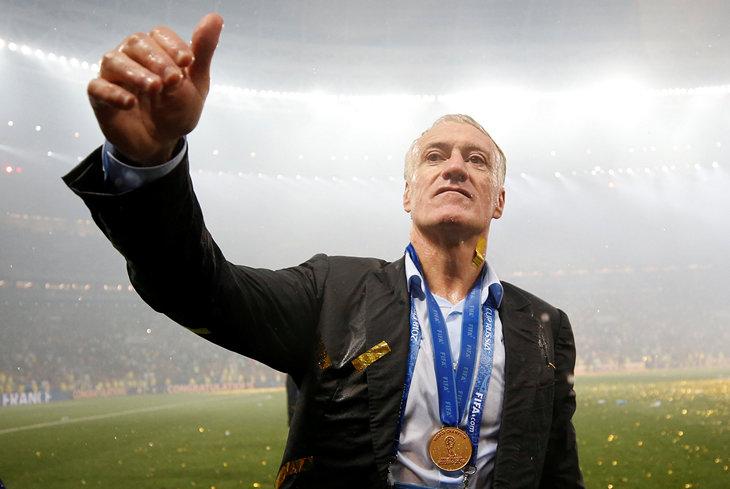 Французские футболисты прервали пресс-конференцию Дешама шампанским ипеснями