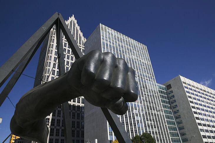 В Детройте есть памятник в виде кулака Джо Луиса. Боксер заслужил его борьбой за права чернокожих и успехами в ринге