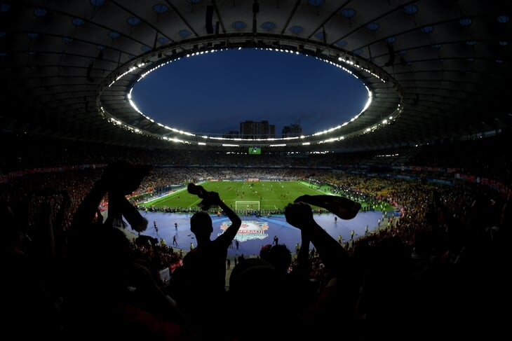 «На финале ЛЧ я так и не рассмотрел игру Роналду, но влюбился в болельщиков «Ливерпуля». Как смотрят футбол на последних ярусах стадионов
