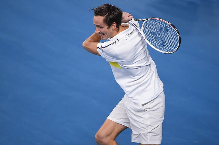 Медведев выиграл сердитый финал в Марселе: ругал судей (они не замечали ауты), но вырвал за счет отменного приема