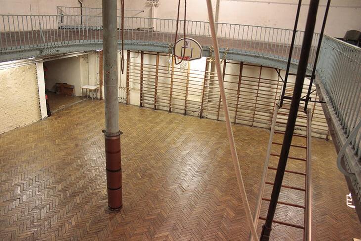 А вы знали, что старейший баскетбольный зал находится в Европе? Он был построен учеником Эйфеля и до сих пор функционирует