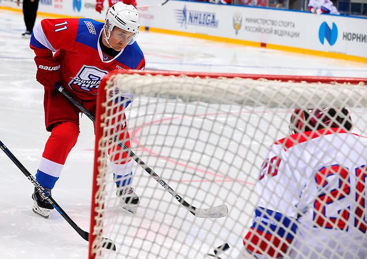 Путин забросил 10 шайб в матче. Соперники даже не делали вид, что хотят помешать
