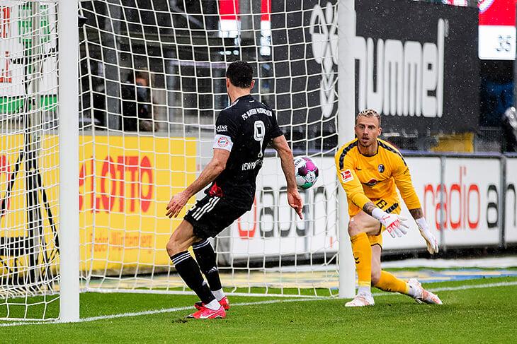 Левандовски меняет историю 👏 Он повторил рекорд Герда Мюллера (забил 40-й в Бундеслиге) и отпраздновал в футболке «Герд навсегда»