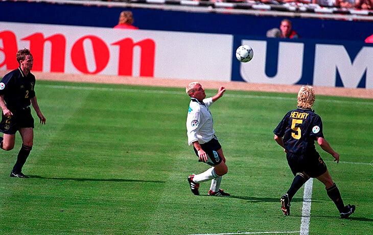 Легендарный гол Гаскойна на Евро-96 прекрасен еще и празднованием. Полу досталось за пьянку в баре Гонконга – он воссоздал ее на поле