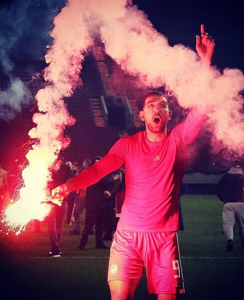 Игроки «Олимпиакоса» отметили 46-й титул с огнем – устроили пирошоу вместо фанатов